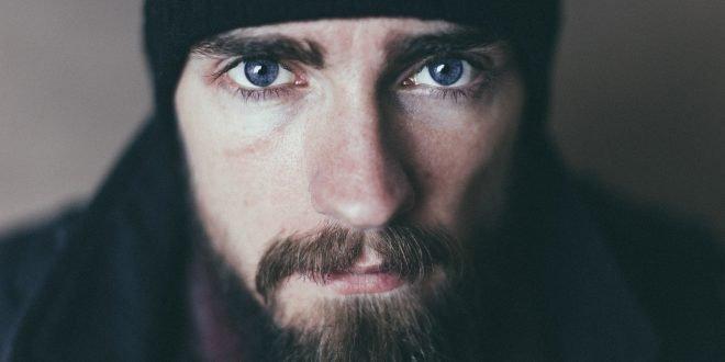 Hommes barbus : les raisons d'utiliser une huile à barbe